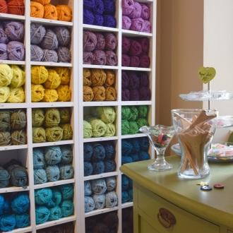 Et lille udsnit af garn - her Peruvian Highland Wool, som fås i rigtig mange farver og er meget brugt til filtede sager, fx futter og tasker.
