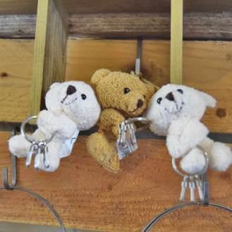 Bløde bamser med nøglering i poterne, så de kan bære dine nøgler.