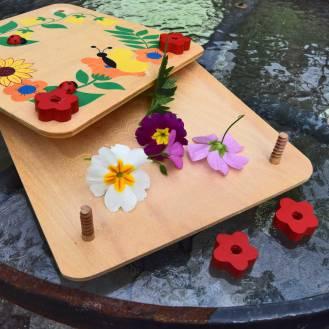 Blomster-presse til børn. Alt i træ. Den skrues sammen med træskruer og er fint dekoreret med blomster og insekter.