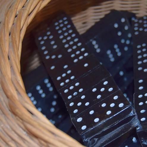 Domino-spil lavet af træ, der er malet sort med hvide øjne