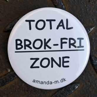 Badge med teksten: Total brok-fri zone. DSC_0338_1000b