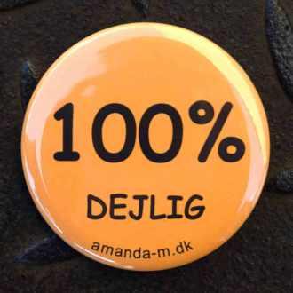 Badge med teksten: 100% dejlig. DSC_0348_1000