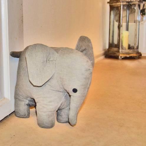 En dørstopper, som er en elefant udstoppet med sand.
