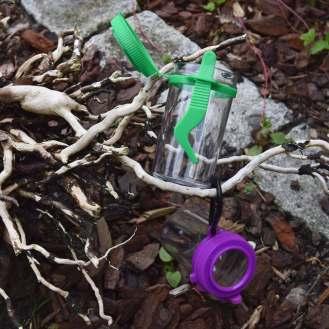 Et insektfanger-sæt i plastik. Fås i grøn og lilla.