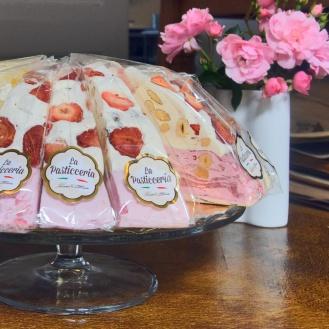 Italiensk nougat med frugt og nødder og smukke lyserøde roser