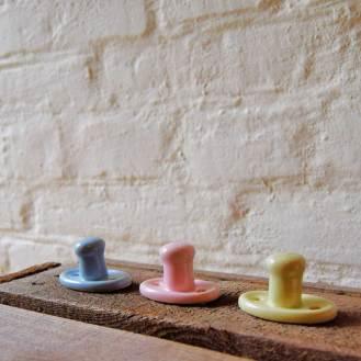 Tre porcelænsknager glaseret i sarte farver