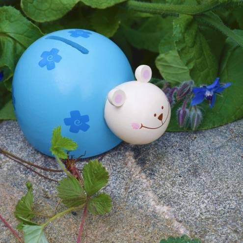 Blå sparebøsse, der ligner en krydsning mellem en bille og en glad bamse. Lavet af malet træ.