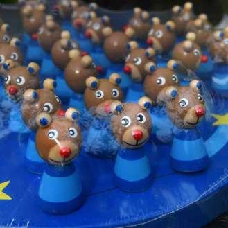 Solitairespil i træ malet i blå farver, hvor brikkerne er små bjørne, der kigger på dig.